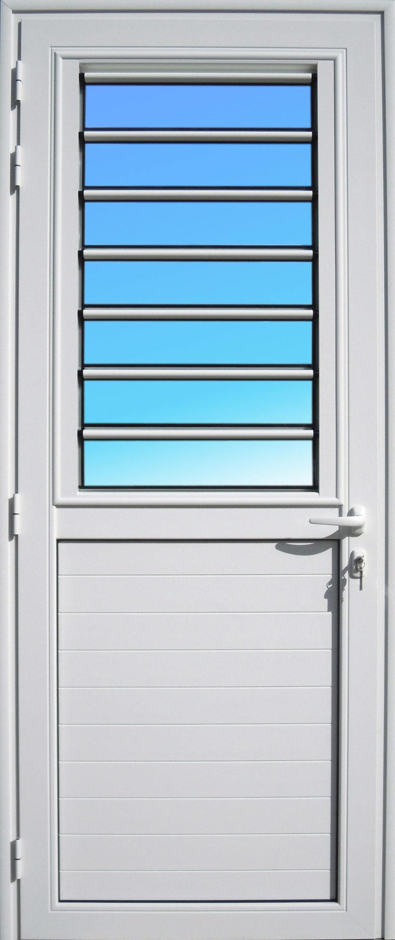 Porte aluminium laqué blanc PE15 MG ALUMINIUM de la gamme Alizés, avec jalousie fixe en lames de verre.