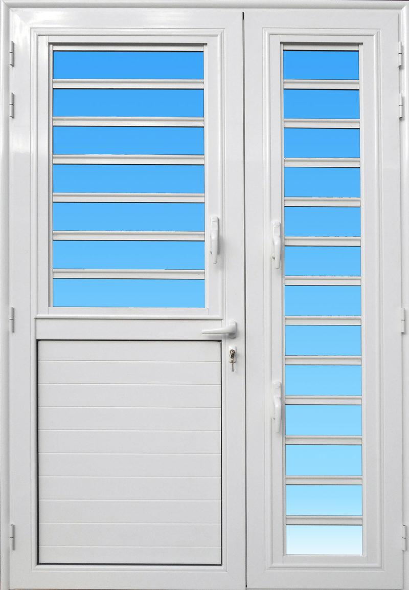 Porte en aluminium PE25C MG ALUMINIUM de la gamme Alizés avec jalousies et serrure de sécurité 3 points.