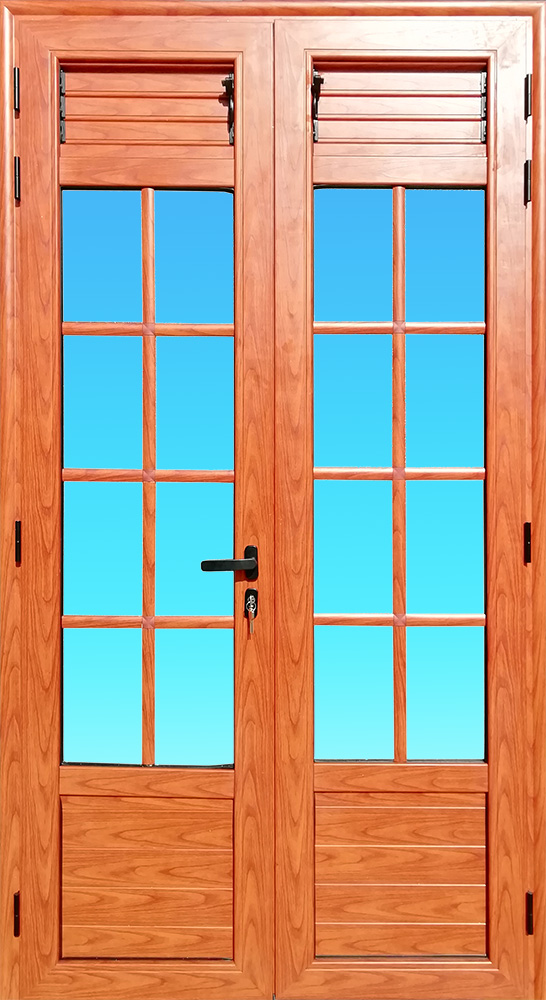 Porte PE24-BOIS 2 vantaux aluminium finition bois de la Gamme Cayenne équipée de petits bois et de lames ventilantes MG ALUMINIUM